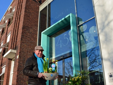 Valentijnsdag! De favoriete dag van Andre Klumpje. Als lijstduwer van de ChristenUnie Kampen brengt hij een bloemetje bij Margaretha en Myosotis in Kampen. Een klein gebaar voor mensen met een groot leven. #waardevolkampen