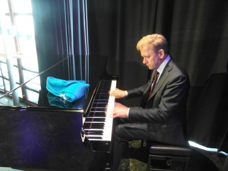 """College Tour Dat Bruins van alle markten thuis is, bewees hij door spontaan achter de pianovleugel plaats te nemen, die nog op het podium stond. """"Bach"""", vroeg hij; """"Of iets moderners?"""""""